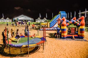 Diversão não falta na Arena Verão Vitória 2020. Todos os dias os pequenos podem se esbaldar em cama elástica e pula-pula