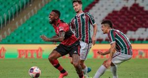 No Rio, árbitro precisou do VAR para marcar pênalti e deixou de expulsar dois jogadores na partida. Já no Salvador Costa, juiz acertou ao validar gol do Vitória