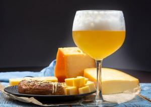 Celebre o Dia Nacional do Queijo harmonizando brie, muçarela de búfala, gorgonzola e grana padano com diferentes estilos cervejeiros