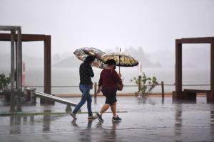 Registros do fotógrafo Carlos Alberto Silva, de A Gazeta, nesta quarta-feira (20), mostram ainda mudanças no trânsito e na rotina dos capixabas causadas pela chuva e pelo frio