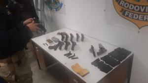 O homem, que dirigia um caminhão, foi preso transportando munições, revólveres e pistolas, segundo a Polícia Rodoviária Federal (PRF)