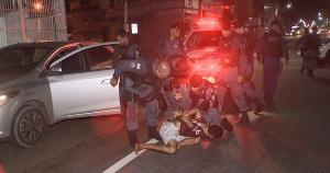 De acordo com a polícia, o carro havia sido roubado na noite desta quinta-feira (25). Homem acumula várias passagens criminais, sendo cinco delas por assassinato