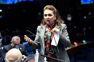 Na eleição passada a senadora apoiava o adversário do senador, como sinal de protesto, a senadora pegou a pasta das mãos de Alcolumbre, com documentos referentes da sessão