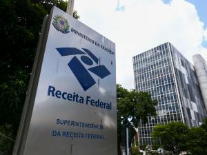 Pessoas que receberam parcelas do auxílio emergencial em 2020 e tiveram rendimento tributável superior a R$ 22.847,76 no ano terão que preencher a declaração