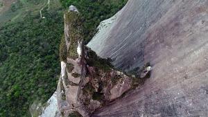 A formação rochosa única, além de ser uma das paisagens mais bonitas do Estado, é local de preservação de espécies raras de andorinhas