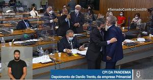 Renan Calheiros chamou o governo de 'corrupto', provocando reação do senador bolsonarista, durante reunião do colegiado nesta quinta-feira (23)