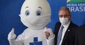 Em entrevista em seu gabinete neste sábado (10), Marcelo Queiroga atribui o problema a uma carência mundial por vacinas e diz que o Brasil negocia doses adicionais prontas na tentativa de acelerar a campanha de imunização