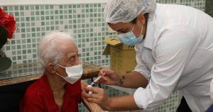 A vacina do Instituto Butantan, em parceria com o laboratório chinês Sinovac, começou a ser distribuída para as cidades capixabas na manhã desta terça-feira (19)
