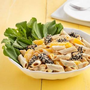 Finalizada com folhas de rúcula e gomos de laranja, a receita é uma ótima pedida para a refeição em dias quentes, afinal, o verão já está próximo