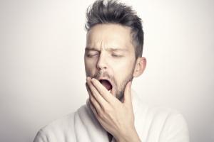Seja pela qualidade do sono, por irritações com a temperatura ou com o ambiente, ele é até normal esporadicamente, mas se o mau humor for frequente ao acordar é preciso procurar ajuda, segundo psicóloga