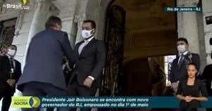 Bolsonaro chegou ao Palácio Laranjeiras, residência oficial do governo estadual, por volta das 16h35. Alguns vizinhos chegaram a bater panelas quando o comboio subiu a rua