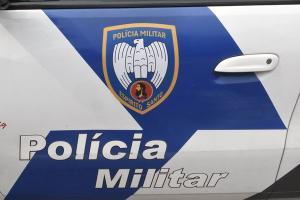 Segundo informações da Polícia Militar, quando uma equipe chegou ao local, os dois suspeitos já haviam fugido; os assaltantes chegaram a deixar a família amarrada