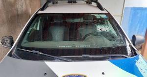 Dupla a bordo de uma moto trocou tiros com a polícia e um deles foi baleado e detido. Seis motos e um carro, que haviam sido roubados nos últimos três dias, foram recuperados