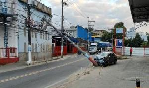Com a batida, o poste tombou e ficou escorado na fiação do outro lado da rua, deixando fios caídos próximos ao asfalto e impedindo a passagem de veículos