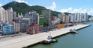 Embora a empresa esteja sendo vendida por um preço simbólico, o valor total do negócio, incluindo o direito de exploração das atividades portuárias, ultrapassa a cifra de R$ 1,25 bilhão.