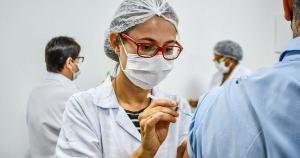 A emergência de variantes do vírus mais transmissíveis e a corrida de ampliação da cobertura vacinal são os dois lados que se enfrentam no atual estágio da pandemia