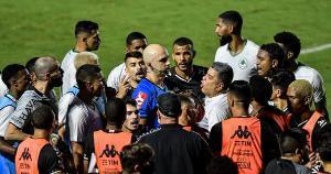 O juiz José Mendonça levou em consideração uma mudança na regra que ainda não está em vigor na Copa do Brasil e validou um gol de forma equivocada. Sorte que deu tempo de corrigir o erro