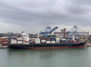 O Dimitris C, de Malta, possui 243,12 metros de comprimento, sendo o maior navio que já aportou no complexo portuário. A manobra da embarcação, realizada na última sexta-feira (30), foi filmada pelo empresário Julio Teixeira, por volta das 13h