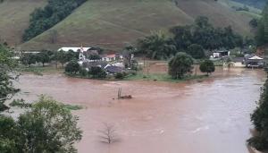 Foram 196 milímetros de chuva no município entre esta quinta (30) e sexta-feira (31). Em Iconha, nível do rio subiu e água invadiu imóveis na região central da cidade