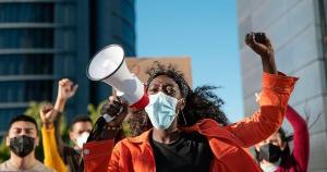 Este movimento, que acompanho estarrecida pela inércia do poder público, acontece em frente à Prefeitura da Serra, onde as mães estão acampadas há trinta dias. Sem diálogo e sem nenhum gestor que negocie poderes e decisões