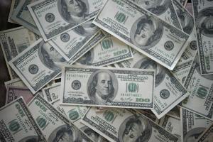 No fechamento, o dólar à vista encerrou a quinta-feira em baixa de 1,90%, a R$ 5,2097; na nova queda, a moeda registrou a menor cotação de 2021.
