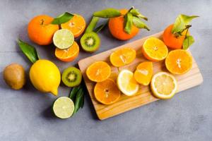 Segundo a nutricionista Roberta Larica, é vantajoso ter alguns cuidados com a alimentação durante o tratamento da doença. Ela orienta, entre outras dicas, priorizar a alimentação com peixes ou carne branca, sempre com acompanhamento profissional