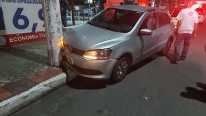 Criminosos estavam com uma arma falsa e roubaram veículo de homem que parou para pagar uma conta no bairro Carapina; os três suspeitos foram detidos