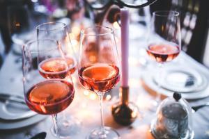 A estação pede vinhos refrescantes, frutados e leves, mas se você pensou em espumantes e brancos, saiba que os rosés podem ser o que faltava na sua taça