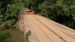 Segundo os moradores, os desvios, além de distantes, estão em péssimas condições. Prefeitura diz que a ponte foi interditada porque possui problemas estruturais gravíssimos
