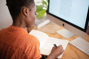 Seja para aprender uma profissão ou conhecer mais sobre si mesma, muitas mulheres encontram na educação uma ferramenta para enfrentar o machismo