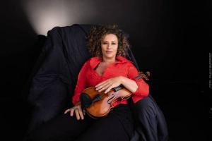 Álbum da estreia da violonista, 'Dragão dos Olhos Amarelos – Improvisos Autobiográficos' é um imenso livro aberto ao mundo da criação