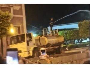 Na descrição das imagens, a informação é de que a água seria usada para dispersar pessoas, mas prefeitura diz que carro apenas lavou as ruas