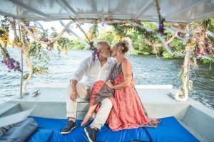 Após o casamento civil, em Vitória, a fotógrafa da coluna RR celebrou a união com Alexandre num passeio de barco a dois pela baía de Vitória
