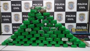 As drogas foram localizadas em um apartamento no último andar de um prédio, após uma denúncia de que uma pessoa estaria fazendo entregas de entorpecentes na região