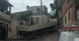 Motorista não conseguiu subir a ladeira e o veículo desceu de ré, assustando moradores na manhã desta segunda-feira (18). Segundo a Guarda Municipal, ninguém ficou ferido