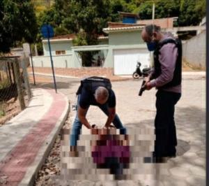 O suspeito agrediu fisicamente a companheira de 33 anos e a enteada de 16 anos. O avô da adolescente tentou intervir, mas acabou morto a golpes de enxada na última quinta (10)