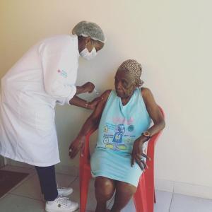 Dona Andreza Leopoldina é a primeira idosa que vive fora de asilos a ser vacinada na cidade. Ela foi imunizada em casa nesta quinta-feira (04) e, segundo a prefeitura, ficou emocionada