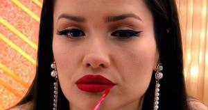 Famoso 'olho de gatinho', batom vermelho e delineadores coloridos caíram no gosto das telespectadoras do reality show da Globo e bombaram as vendas de marca patrocinadora do programa