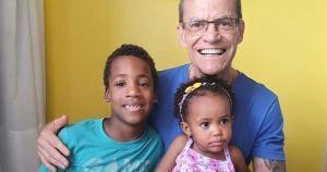 Quatro anos após adotar o primeiro filho, Gabriel, e um depois da chegada de Mariana, o senador capixaba fala dos aprendizados e da responsabilidade de ser pai branco e gay de duas crianças negras nos dias de hoje