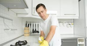 Para forno esmaltado a dica é fazer uma pasta utilizando bicarbonato e vinagre