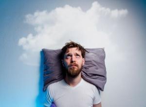 Ficar deitado tentando dormir sem estar com sono pode gerar mais ansiedade ainda. Estimula-se leitura e exercícios respiratórios até chegar a sonolência e não se deitar antes disso