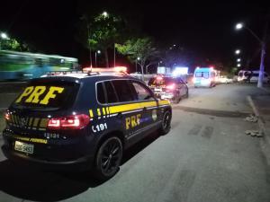 A Polícia Rodoviária Federal informou que árvores caídas nos quilômetros 38, 39 e 41 interditaram totalmente a via; Corpo de Bombeiros esteve no local para retirar a vegetação