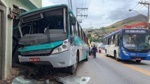 O ônibus fazia a linha Cachoeiro de Itapemirim x Atílio Vivácqua. O acidente aconteceu na Avenida Jones dos Santos Neves, na altura do bairro Agostinho Simonato. O condutor foi socorrido, mas não resistiu
