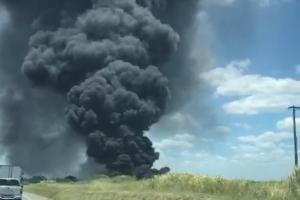 A fumaça escura partiu de um incêndio em pneus às margens da rodovia, de acordo com o Corpo de Bombeiros