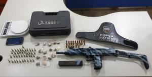 Um dos suspeitos arremessou mochila do terraço de casa, onde estavam escondidos submetralhadora 9 mm, 24 munições calibre .9mm , 41 pinos de cocaína e 15 buchas de maconha