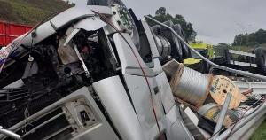 Segundo informações da PRF, o motorista do caminhão ficou ferido sem gravidade e foi socorrido pela equipe da Eco101
