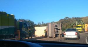 O acidente foi por volta das 5h desta terça-feira (11). O motorista foi socorrido com ferimentos leves. Parte da BR 101 chegou a ficar interditada; trânsito foi totalmente liberado pouco antes das 18h