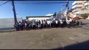 Trabalhadores da viação Expresso Lorenzutti reivindicam o pagamento de salários atrasados e impedem a saída dos coletivos da garagem da empresa