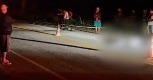 A dinâmica do acidente, que aconteceu na noite desta segunda-feira (28), não foi informada pela polícia. Os dois homens, ambos de 41 anos, faleceram no local
