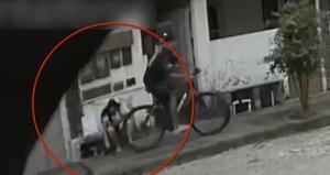 O homem roubou duas mulheres no bairro Itapuã, nesta sexta-feira (23). Ele não contava que um subtenente da reserva passaria no momento do assalto e acabou levando um tiro. Ele foi preso e socorrido para um hospital
